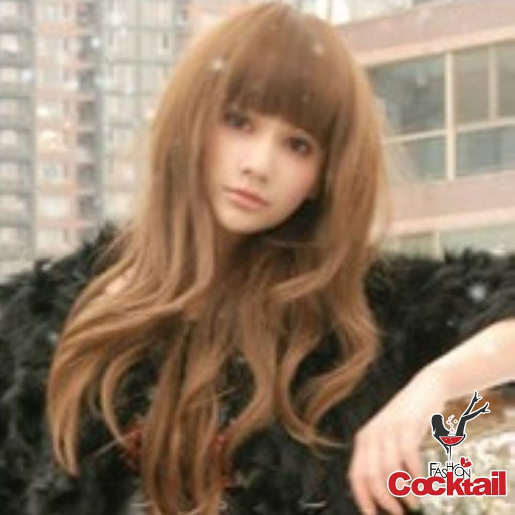 Русая девушка с челкой фото