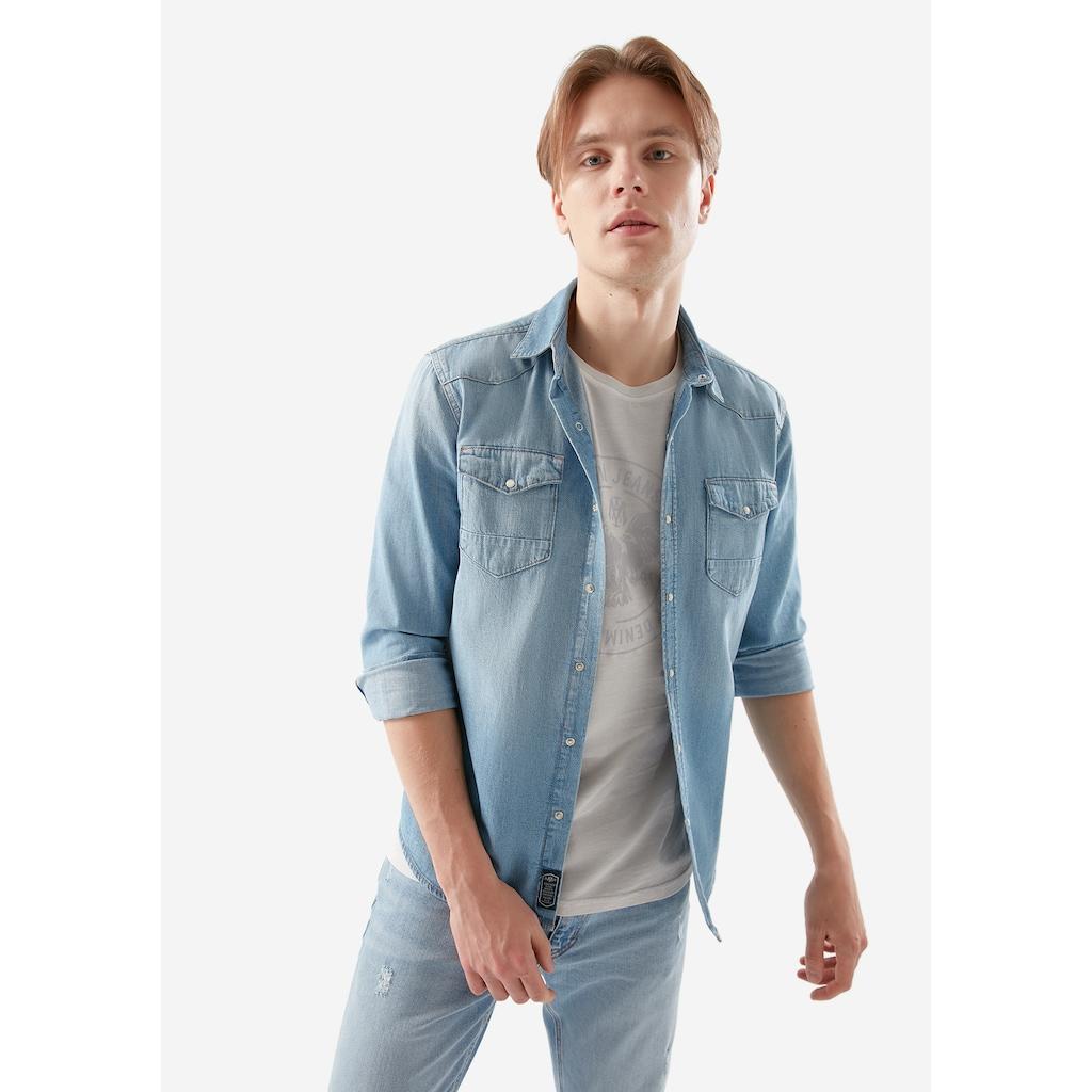 Mavi Jean Gömlek Erkek Ürünleri ile Sıkı Bir Görüntü
